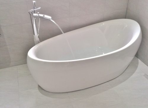 Free standing oval bath in white